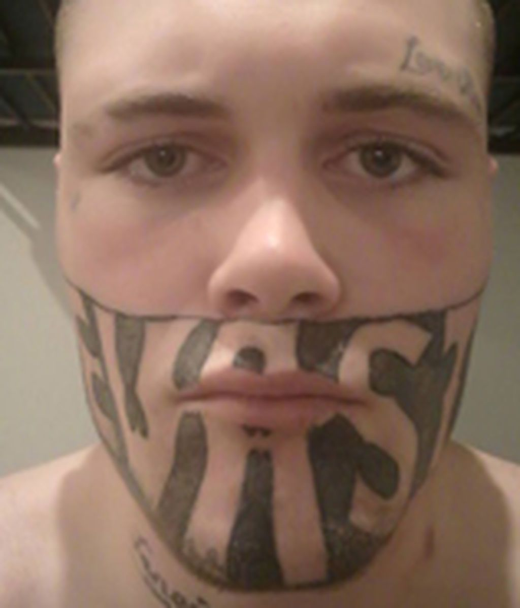 """Un joven """"no encuentra trabajo"""" por un tatuaje que le cubre la mitad de la cara"""