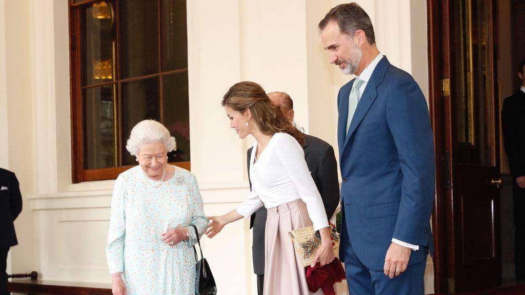 Los reyes se despiden de Isabel II y terminan su visita oficial al Reino Unido con una parada en Oxford