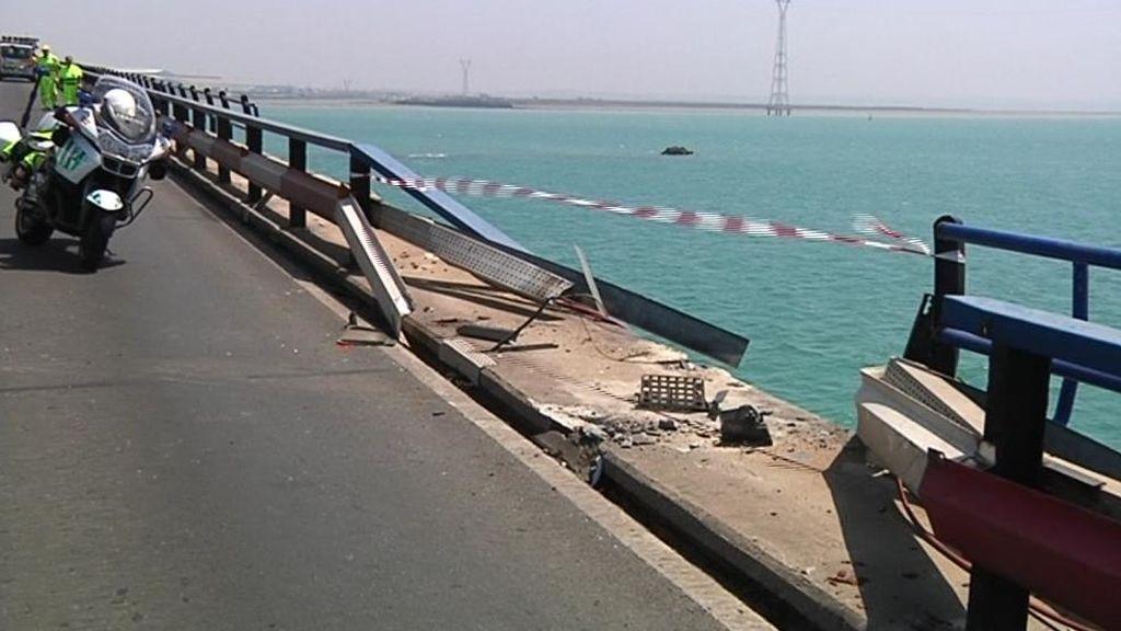 Un camión cae al mar desde el puente de Carranza