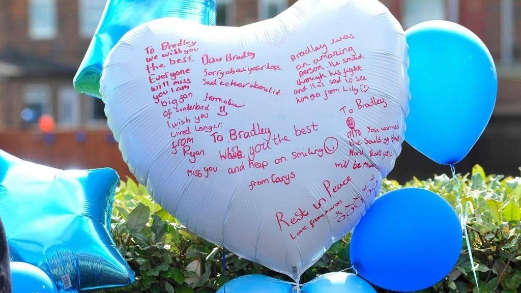 Sus superhéroes favoritos, su mejor amigo Defoe, su familia y miles de personas despiden a Bradley Lowery en su funeral