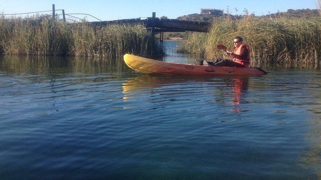 Intenta robar un coche, le pillan y pretende huir en kayak