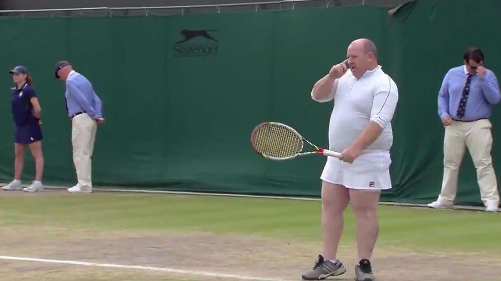 Un aficionado, vestido con la falda de Kim Clijsters, protagoniza el punto más bizarro de Wimbledon