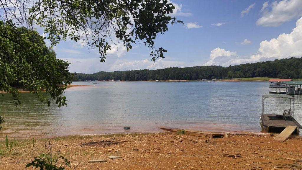 Un niño pesca en un lago un bolso robado hace 25 años y se lo devuelve a su dueña