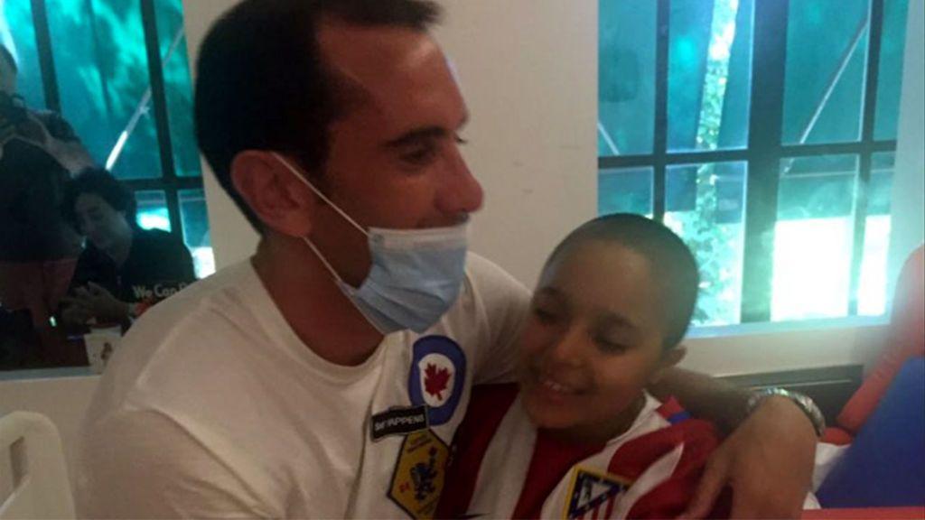 Godín cumple el sueño de Ruth, una joven aficionada del Atlético de Madrid que sufre una enfermedad rara