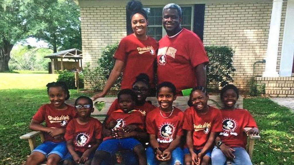 Una pareja adopta a siete hermanos que estaban divididos en cuatro hogares de acogida
