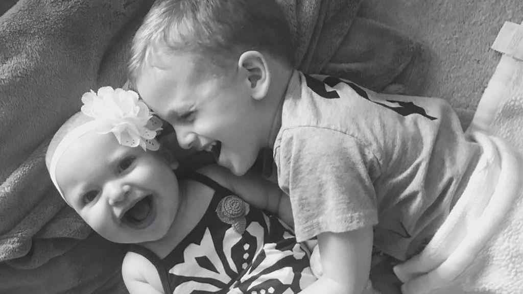 Emotiva reacción de un niño al enterarse de que su hermana tiene una enfermedad rara