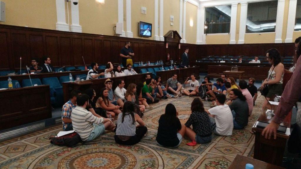 Los estudiantes encerrados en el Ministerio de Educación abandonan la protesta tras un acuerdo para negociar las becas