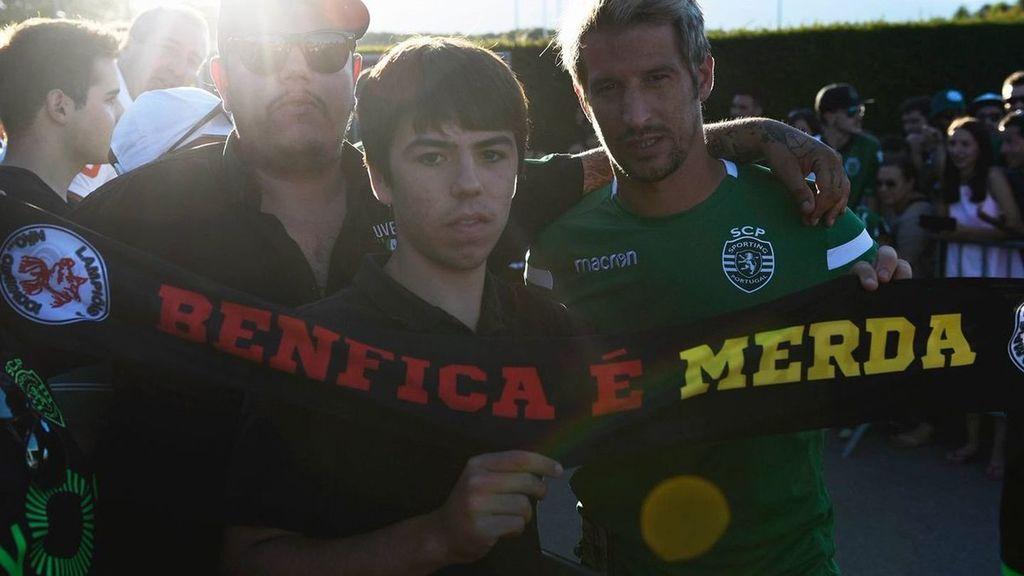 Coentrao la lía en Portugal posando con una bufanda que insulta al Benfica, su exequipo