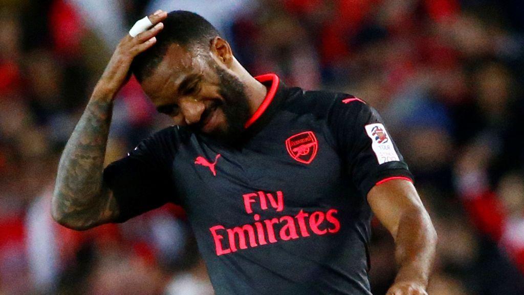 Un aficionado del Arsenal se tatúa la cara de Lacazette en el trasero tras perder una apuesta