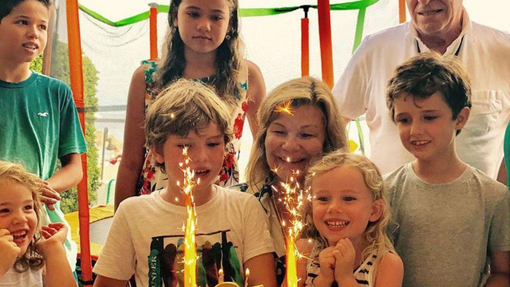 Emoción entre nietos: así ha celebrado Cari Lapique sus flamantes 65