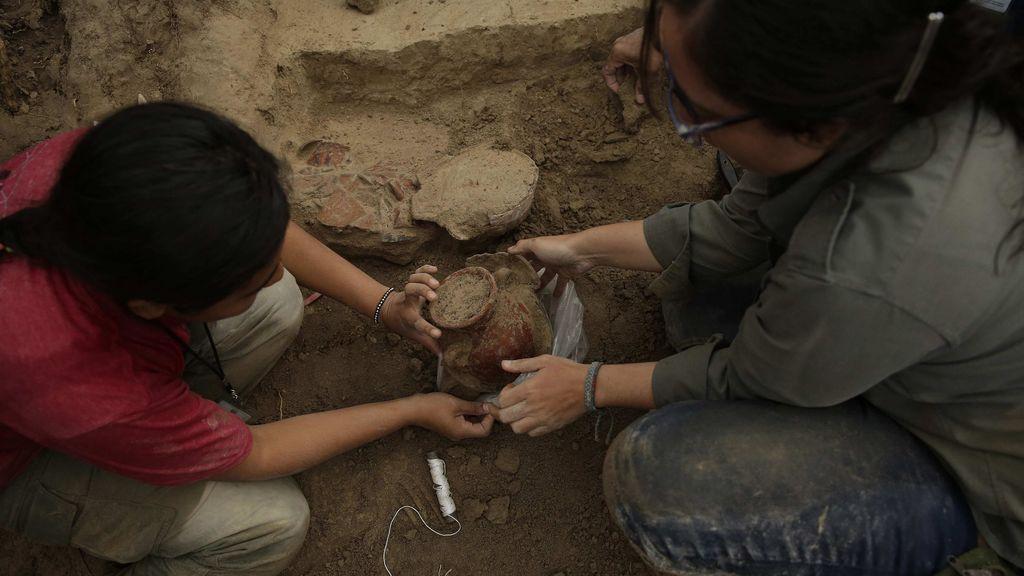 Arqueólogos salvadoreños hallan vasijas prehispánicas en el suroeste del país