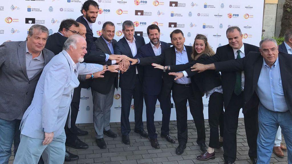 ¿Femenino? La foto de la presentación del Mundial de Baloncesto 2018 de Tenerife solo muestra a una mujer entre once hombres