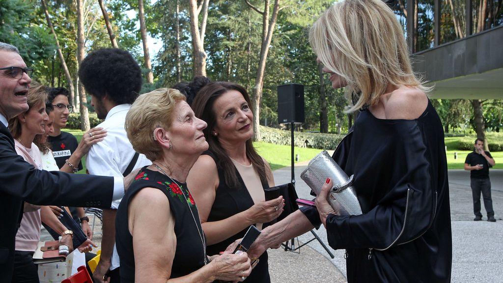 La madre de David Delfín recoge el Premio Nacional de Diseño de su hijo, apoyada por todo el entorno del diseñador