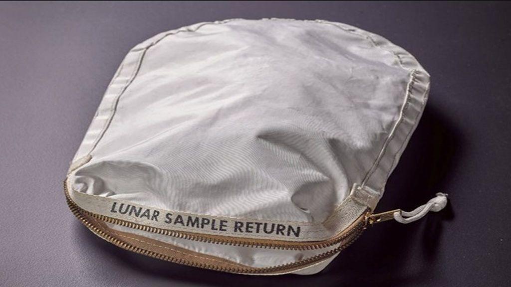 La bolsa con polvo lunar de Neil Armstrong subastada por  1,8 millones