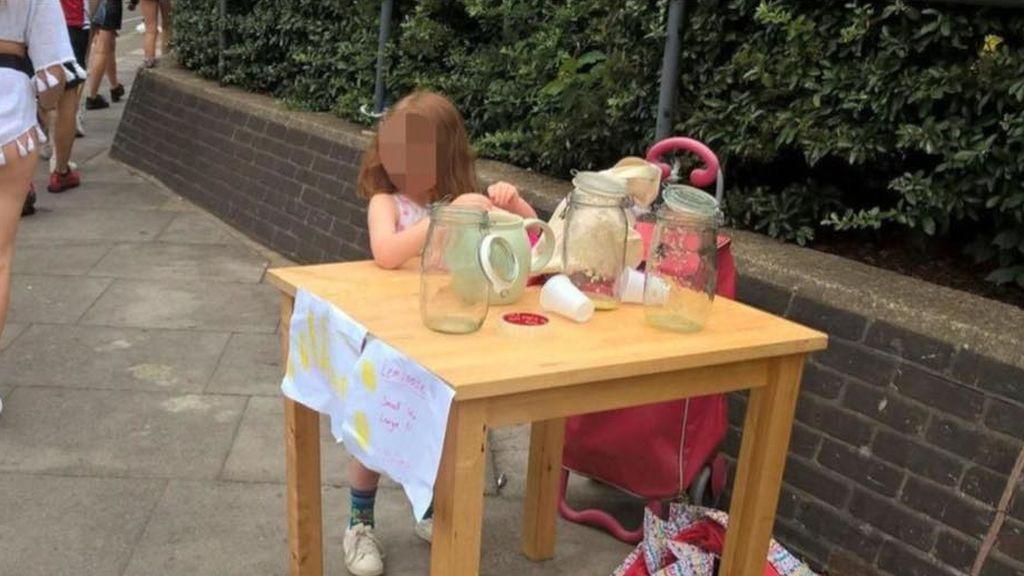 Multan con 150 libras a una niña de 5 años por vender limonada y rompe en lágrimas
