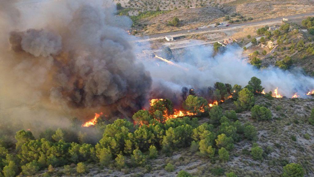 Desalojadas viviendas y una zona recreativa en Calasparra (Murcia) por un incendio en la Sierra de San Miguel