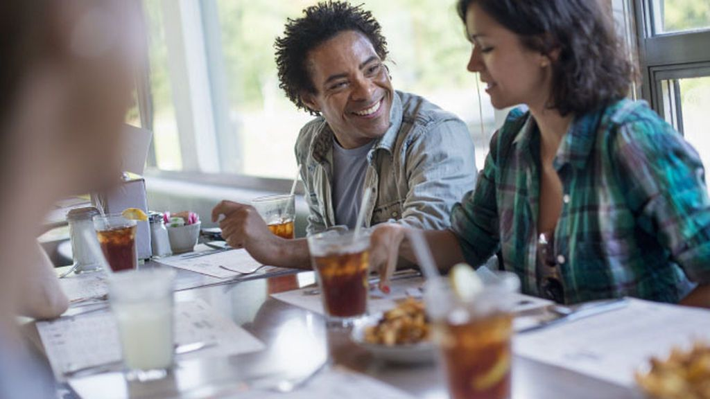 ¿Por qué no debes beber bebidas azucaradas mientras comes?