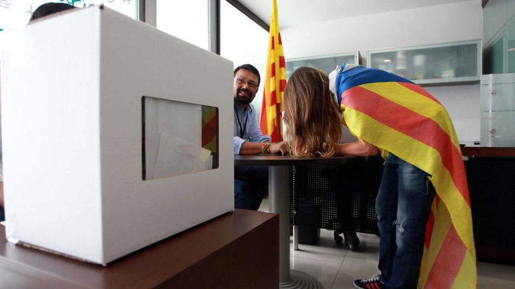 Puigdemont prepara ya el 'día despues' del 1-O comprando material electoral