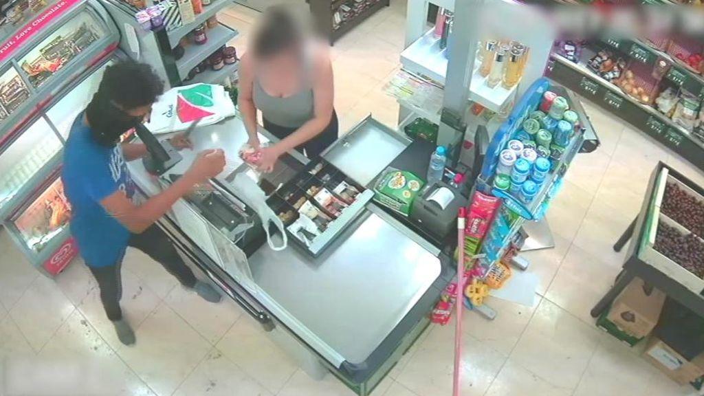 Una cajera ayuda a sus primos a robar en el supermercado donde trabaja