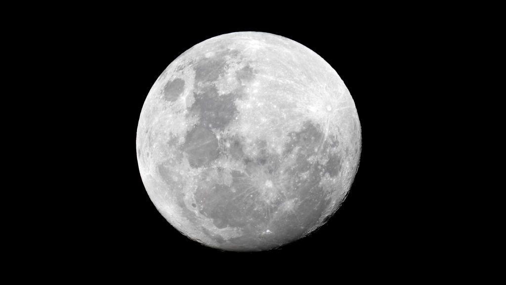 Hallan una nueva evidencia de agua en el interior de la Luna
