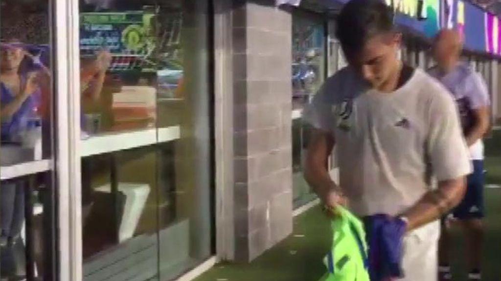 ¿Guiño al Barça? A Dybala le caen dos camisetas y elige firmar la del conjunto culé
