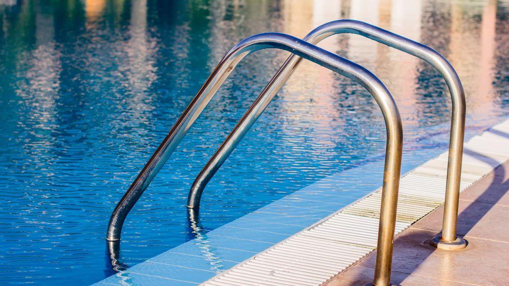 Hallan muerto a un niño de 2 años en una piscina en extrañas circunstancias