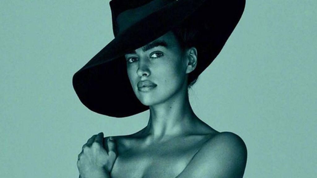Con  sombrero de ala y sin ropa: el primer posado postparto de Irina Shayk lo firma Mario Testino