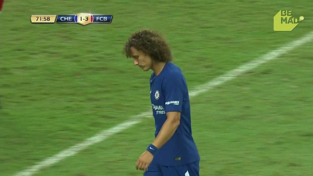 ¡Al palo! David Luiz probó suerte desde lejos y el balón se estrelló en el poste