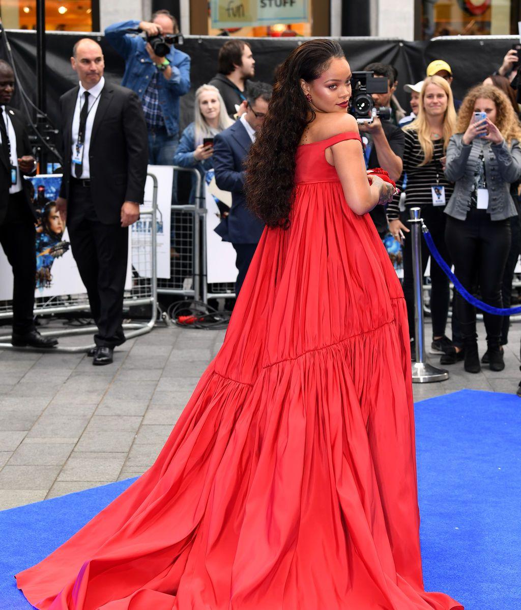 Principesco y 'push up': el vestido rojo de Rihanna paraliza un estreno en Londres