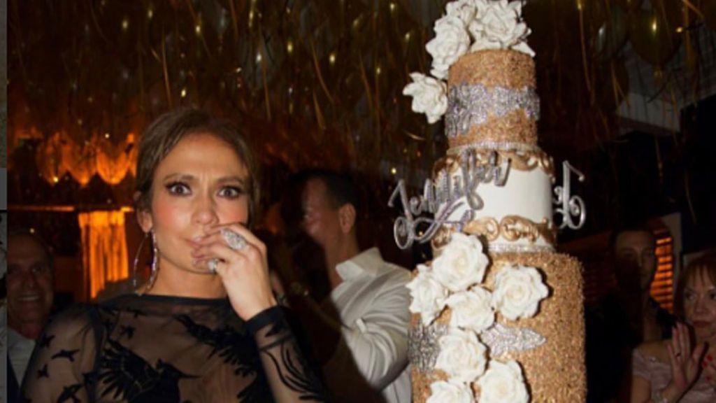 La lujosa tarta de Jennifer López: ¡10.000 cristales de Swarosky para celebrar su 48 cumpleaños!