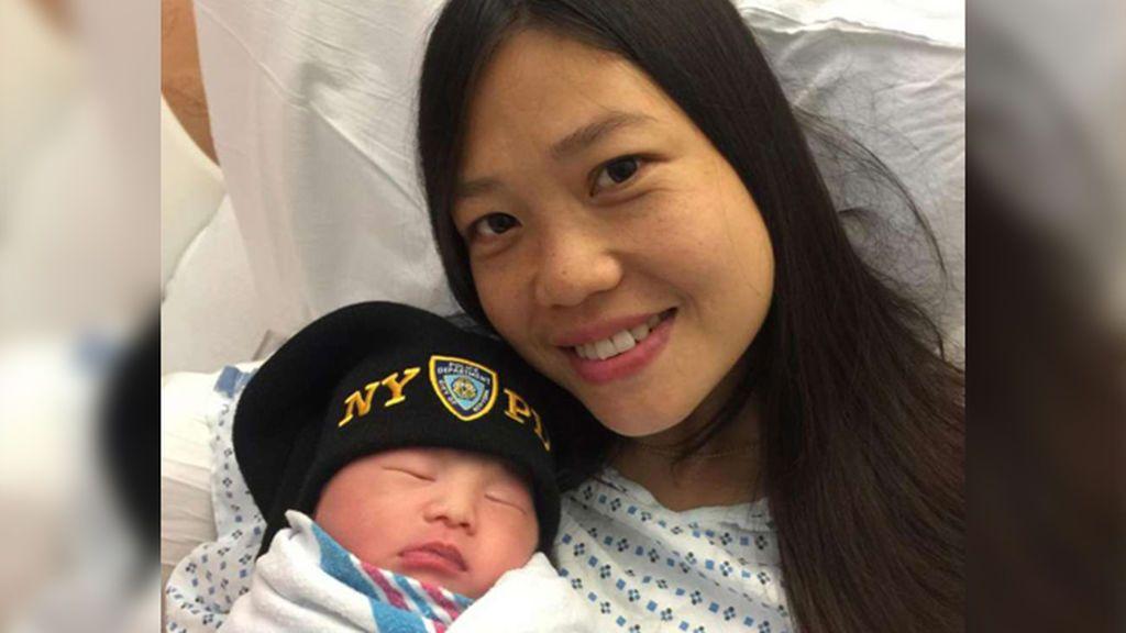 Un policía tiene un bebé pero... dos años después de su muerte