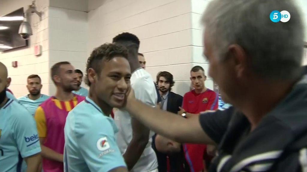 Mourinho se abraza y ríe con Neymar y saluda formalmente a Messi y Suárez