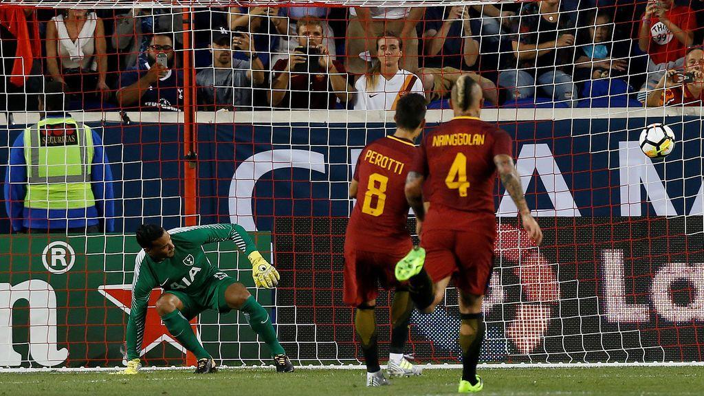 ¡Surrealista! Pita penalti tras consultar con el cuarto árbitro y Perotti lo marca andando