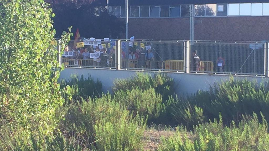 Manifestantes protestan con pancartas contra Rajoy ante la Audiencia Nacional