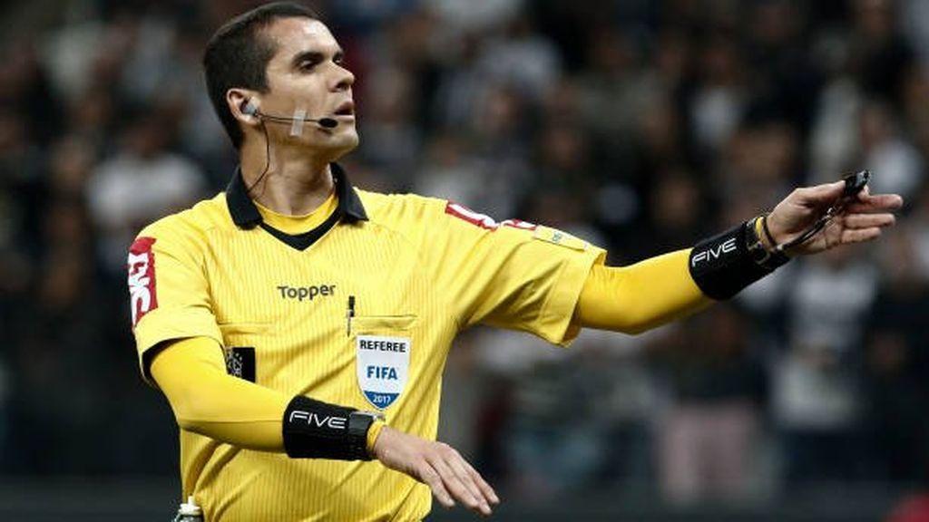 Polémica en Brasil por la efusiva celebración de este árbitro tras pitar el final del partido