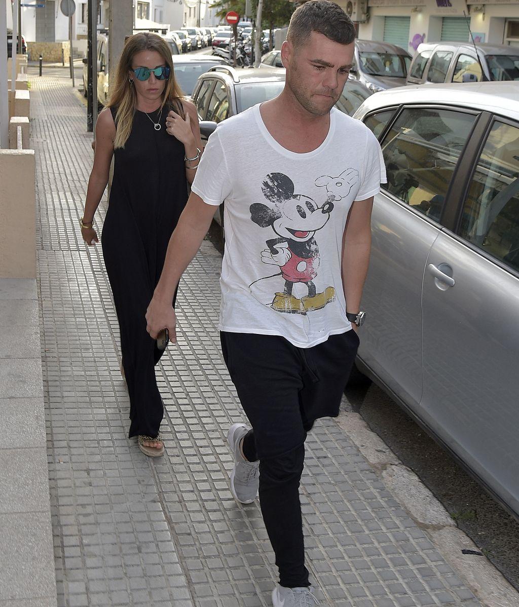 Fonsi Nieto y Marta Castro visitan a Ángel Nieto en el hospital