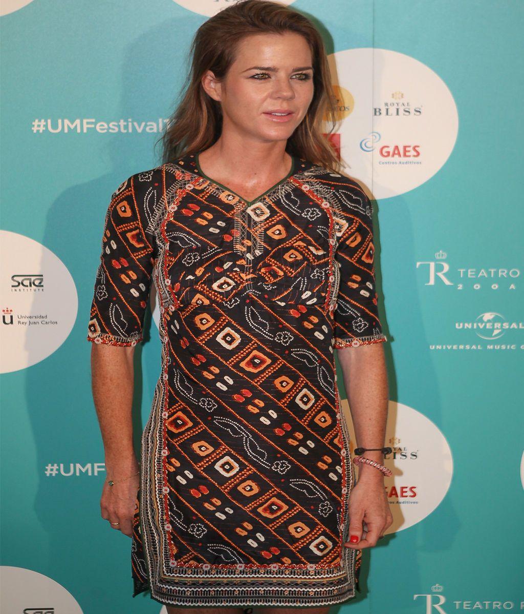 Amelia Bono lució un vestido marrón con estampado de bordados en colores cálidos