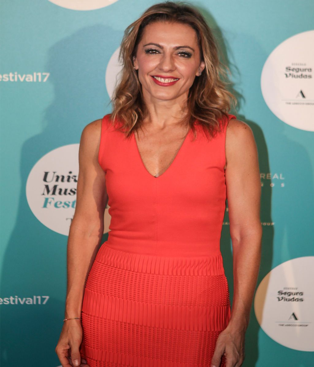 La periodista Ángeles Blanco lució un vestido ajustado en color coral