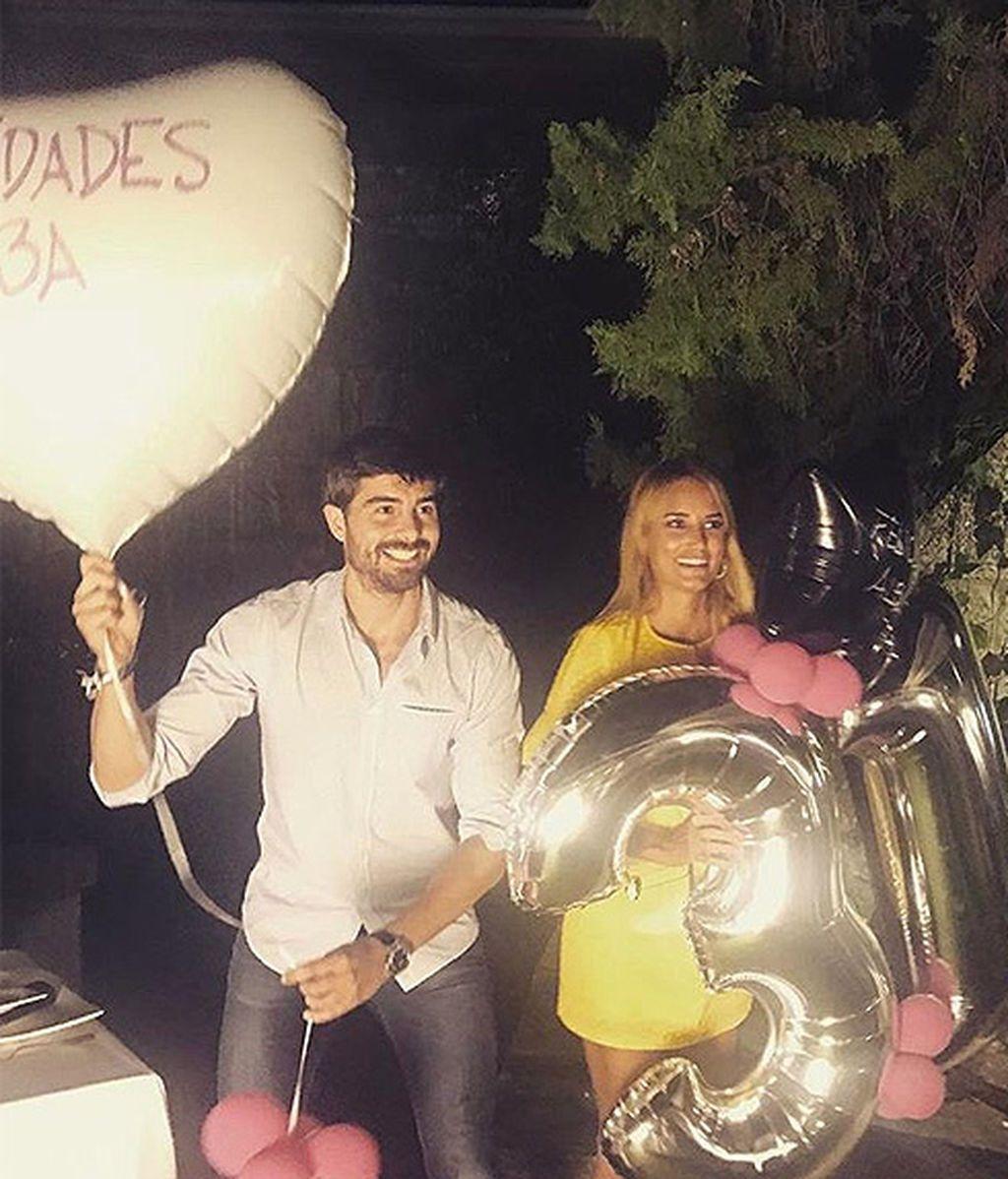 Alba Carrillo sosteniendo todos sus globos junto a su amigo Fran