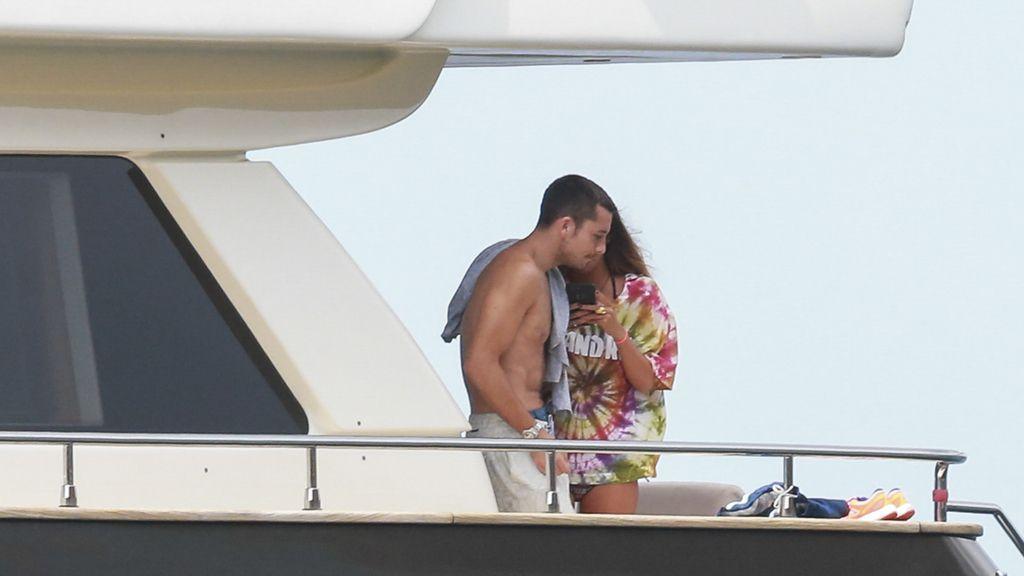 Besos, yate y aún más baños de sol: Laura Matamoros 'ibiceando' con Benji