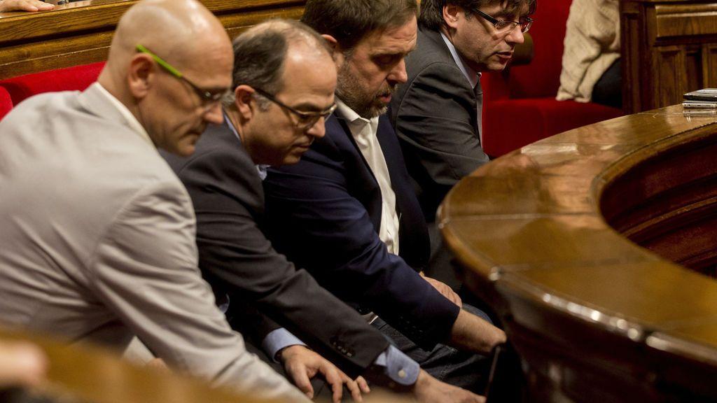 Puigdemont y todos los diputados de JxSí firman conjuntamente la ley del referéndum