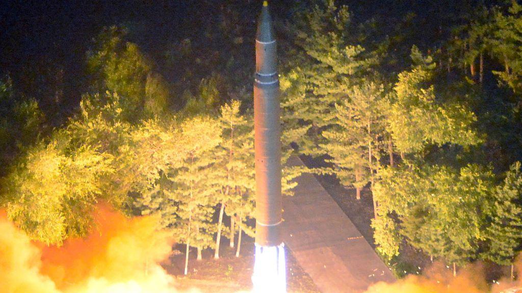El misil balístico intercontinental Hwasong-14 es representado durante su segundo fuego de prueba en esta imagen proporcionada por KCNA en Pyongyang