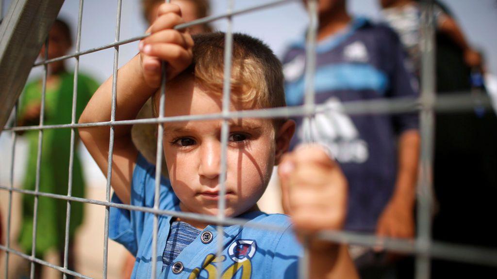 Familias iraquís esperan en los campamentos a que lleguen suministros