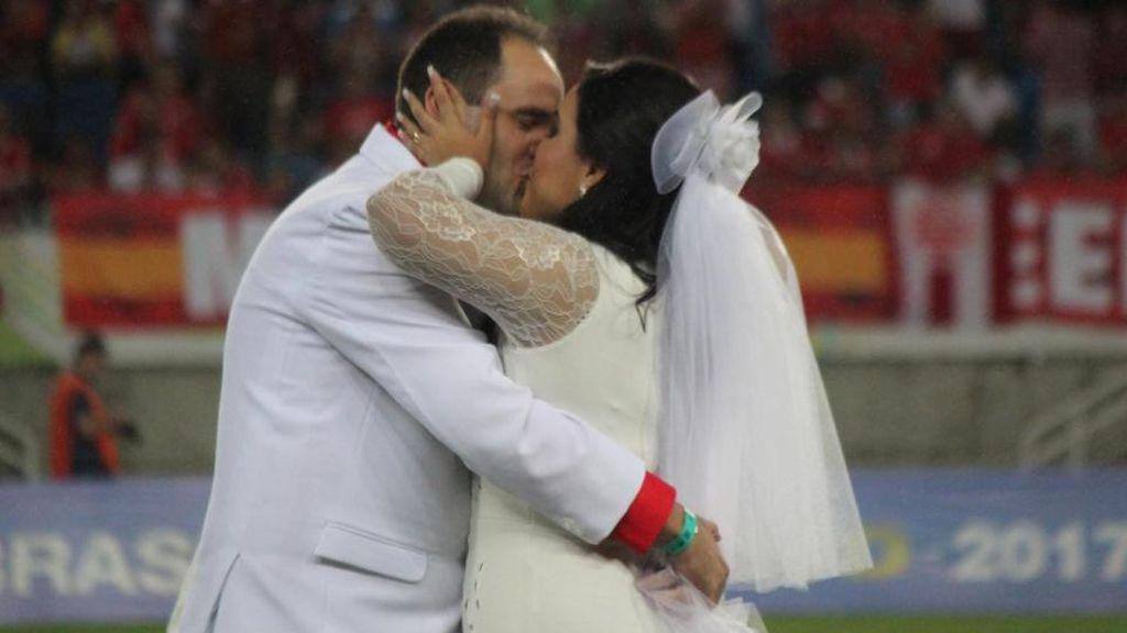 ¡Sueño cumplido! Se casan sobre el césped y en el descanso de un partido que estaba jugando su equipo