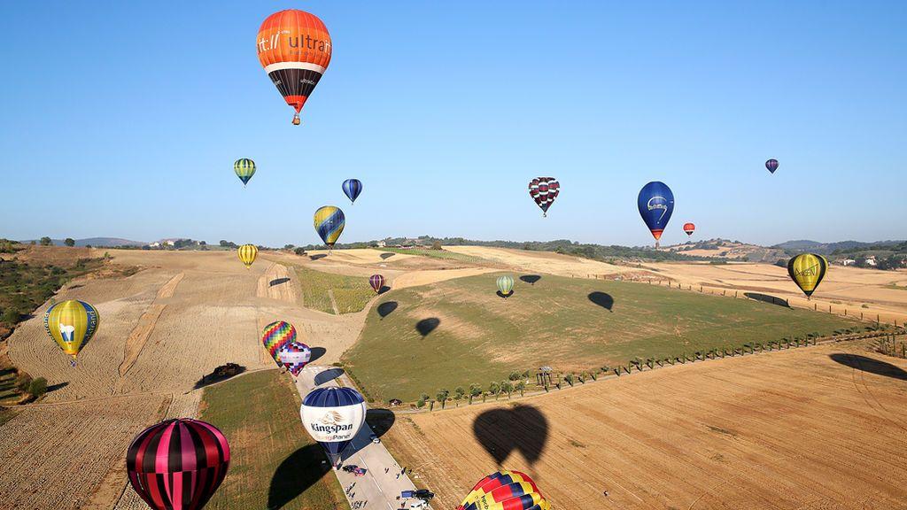 Globos de aire caliente volando en Italia