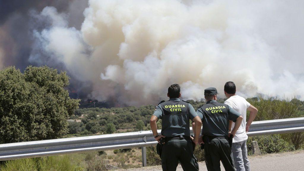 Declaran de nivel 2 un fuego en Pino del Oro (Zamora) que amenaza con cortar la N-122