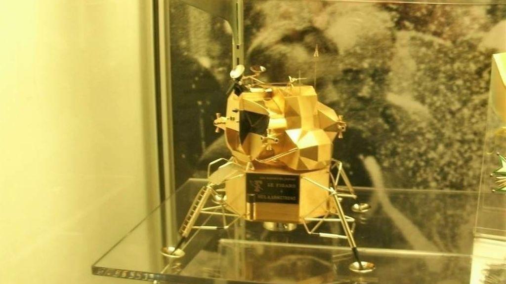 Roban del museo Neil Armstrong una réplica en oro del Apolo 11, de valor incalculable