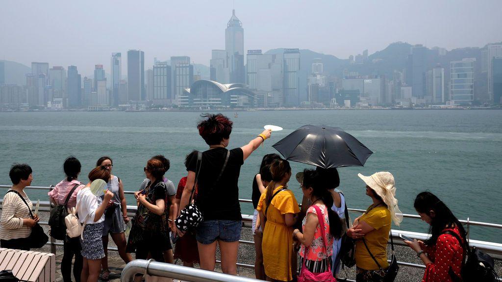 Turistas admiran la silueta de Hong Kong
