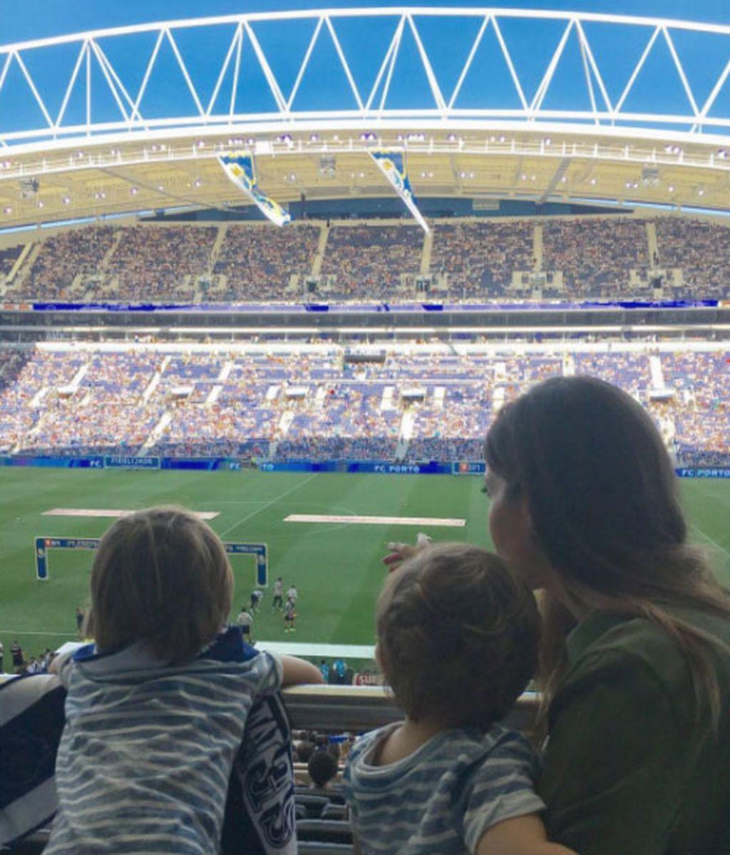 Sara Carbonero, Martín y Lucas, muy pendientes de Iker Casillas en la presentación de temporada del Porto