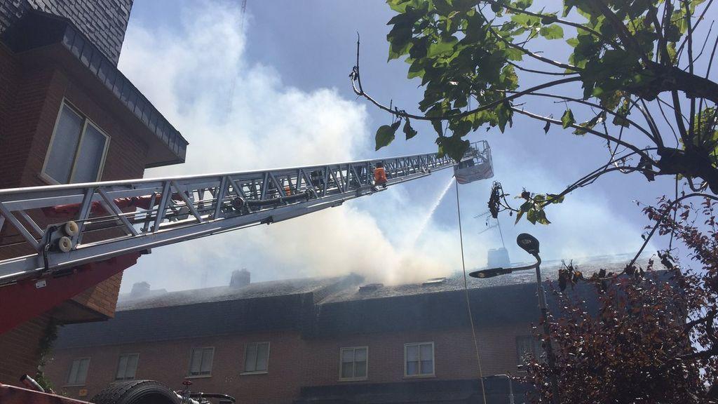 Un incendio de pastos afecta a un área de viviendas en Las Rozas (Madrid)